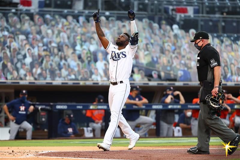 MLB美聯冠軍賽18日決戰第7戰,光芒隊阿羅薩雷納(圖)首局2分砲帶起球隊氣勢,率隊以4比2擊敗太空人、睽違12年晉級世界大賽。(圖取自twitter.com/raysbaseball)