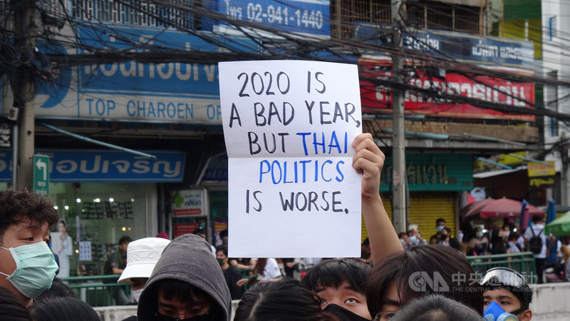 泰國反政府示威團體19日號召支持者占領曼谷街頭,要求總理下台與王室改革。這是14日以來連續第6天的街頭抗議,參與學生在農業大學外高舉抗議標語。中央社記者呂欣憓曼谷攝  109年10月19日