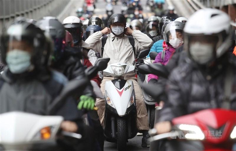 2020年亞洲實力指數報告,台灣排名雖然與2019年相同,但實力指數上升,且因國內防疫極具成效,在國際聲譽改善度方面冠於各國。圖為街頭民眾戴口罩防疫。(中央社檔案照片)