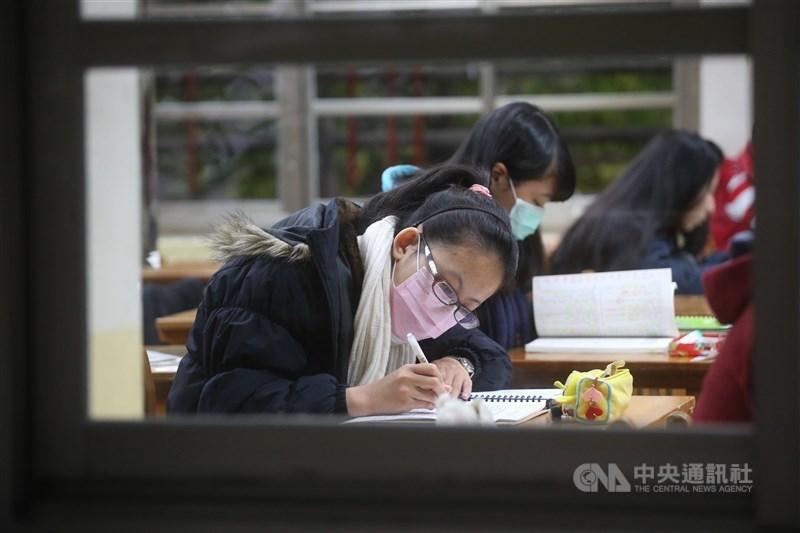 110學測成績24日出爐,升學輔導專家劉駿豪表示,今年學測高分人數如懸崖式崩落,落點預估將是大工程。(示意圖/中央社檔案照片)