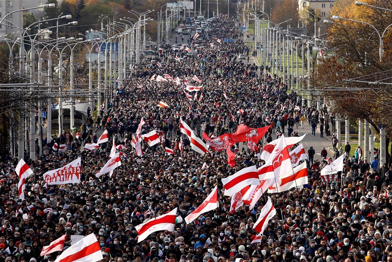 白俄羅斯首都明斯克18日數萬人走上街頭示威,要求執政長達26年的強人總統魯卡申柯下台。(法新社)
