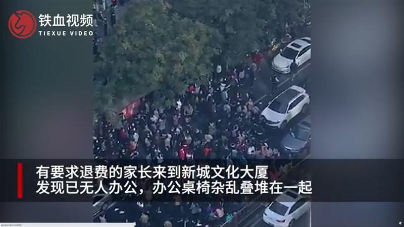 在中國大陸有千家分校的北京優勝教育,近來頻傳無預警倒閉。上百名家長19日聚集在北京朝陽商業區的優勝教育總部抗議。(圖取自weibo.com/u/6542159495)