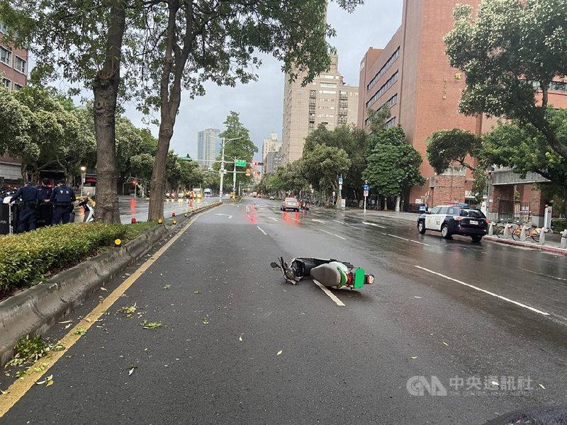 一名23歲女子21日騎乘共享機車WeMo行經台北市和平東路一段附近時,疑不明原因擦撞分隔島後遭對向大貨車輾斃。(警方提供)中央社記者劉建邦傳真 109年10月21日