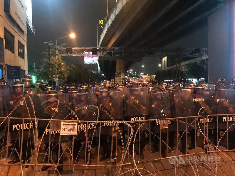 泰國示威群眾21日遊行至總理府,途中被鎮暴警察以鐵絲網架成的拒馬阻擋。中央社記者呂欣憓曼谷攝 109年10月21日