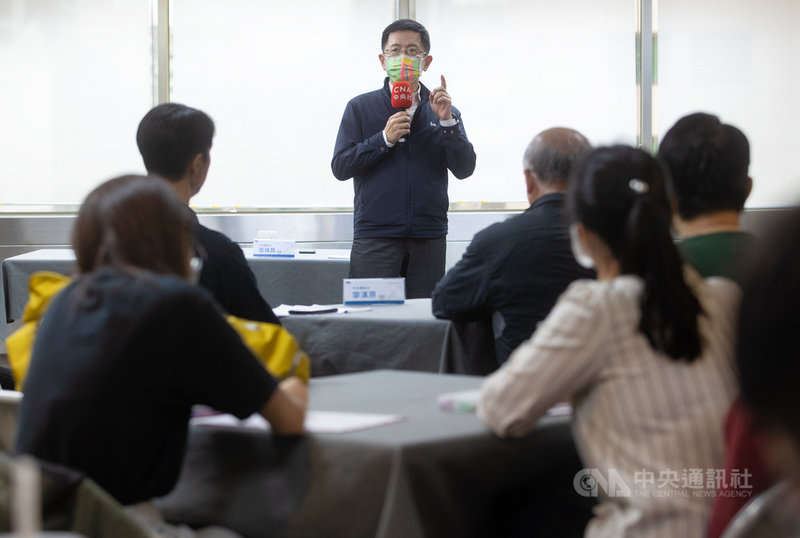 台大新聞所師生21日參訪中央社,中央社社長張瑞昌(後)說明中央社定位、任務和未來國際影音平台的相關規劃。中央社記者謝佳璋攝 109年10月21日