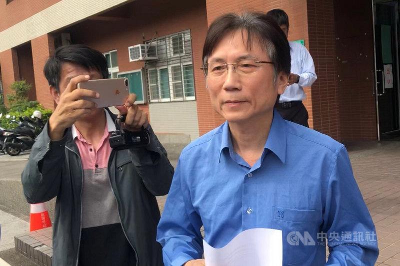 一名女子日前向媒體指控,中國國民黨桃園市議員詹江村(右)將她帶到汽車旅館性侵;詹江村24日在臉書發文表示收到死亡威脅。(中央社檔案照片)