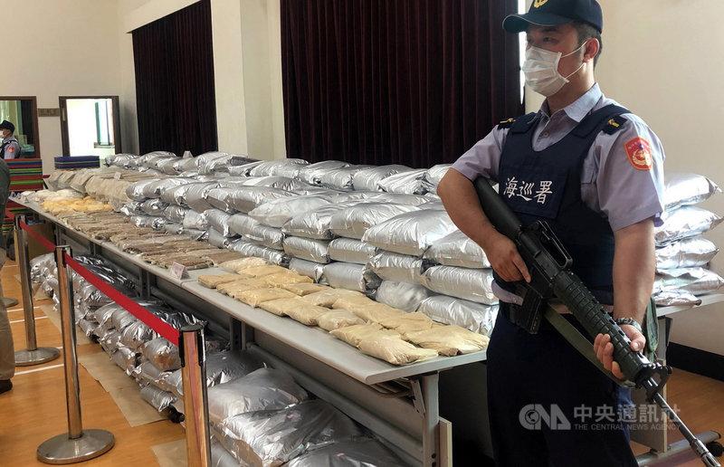 嘉義地檢署21日宣布查獲以黃姓男子為首的毒品咖啡包製造工廠,檢警查扣新興毒品迷幻藥等原料2000多公斤,約可製成52萬多包的毒品咖啡包。中央社記者黃國芳攝 109年10月21日