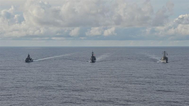美軍與日本海上自衛隊、澳洲皇家海軍19日在南海進行海上演習,三方今年第5度在印太區域聯合演習。(圖取自twitter.com/USPacificFleet)