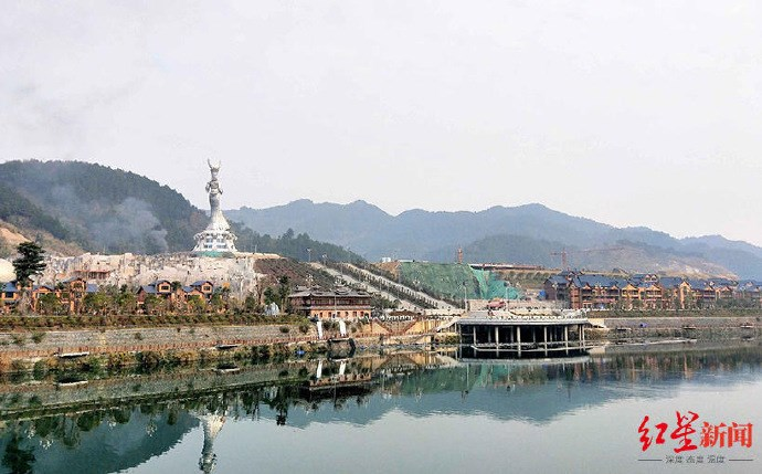 曾被列為貧困縣的貴州省劍河縣,耗資人民幣8600多萬元(約新台幣3.74億元)建了世界最大苗族女神像,資金運用引發質疑。(圖取自weibo.com/hongxingxinwen)
