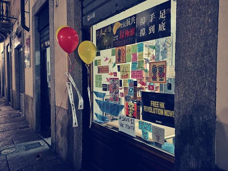 義大利激進黨發起12日絕食活動,並準備了各式聲援香港的海報,將在北義大城杜林設立象徵反共的「藍儂牆」。(圖取自facebook.com/patty.degrazia.7)