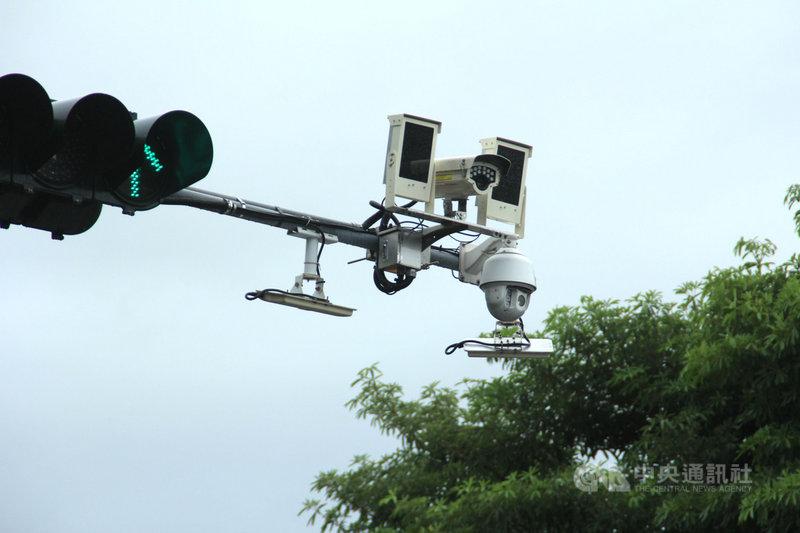 花蓮縣警局爭取花東地區永續發展基金補助,在縣內重要路口設置車牌辨識攝影機,用於追蹤可疑車輛路徑。中央社記者張祈攝 109年10月22日