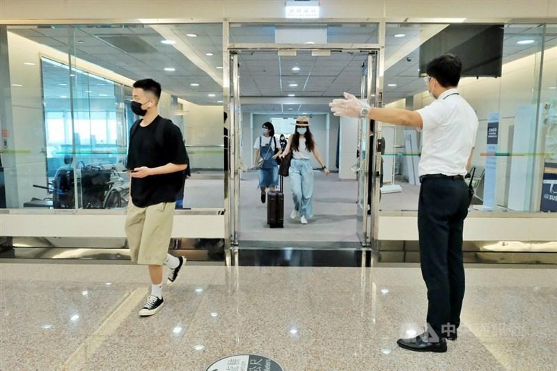 台灣22日新增4例武漢肺炎境外移入確診,全台累計548例。圖為桃園機場入境旅客。(中央社檔案照片)