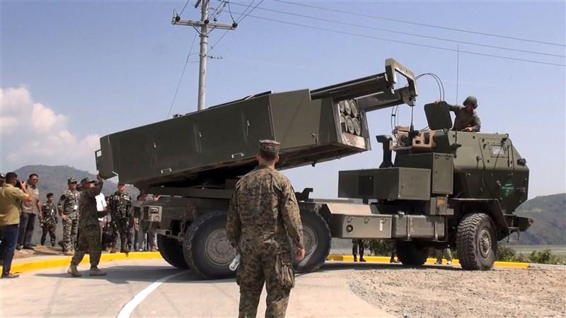 美國政府22日一次宣布3筆對台軍售案,讓台灣可直攻廣東東部、福建與浙江南部等地。圖為菲律賓與美國2016年聯合軍事演習,美方展示海馬士多管火箭系統。(中央社檔案照片)