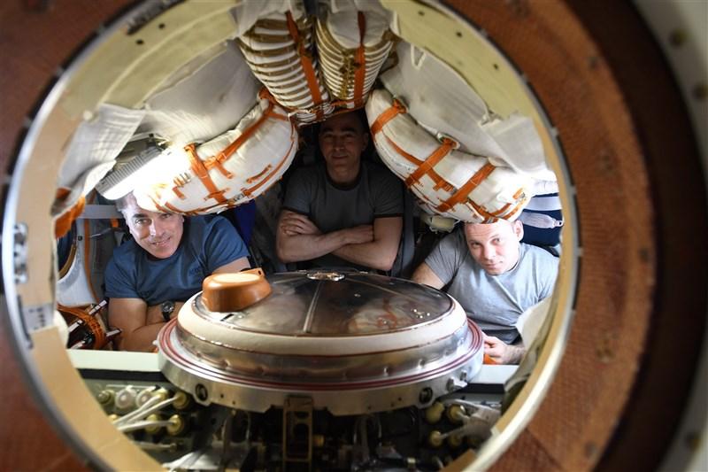 美國太空人凱西迪(左)、俄羅斯太空人伊凡尼辛(中)與瓦格納(右),22日結束196天的任務,安全回到地球。(圖取自twitter.com/NASA)