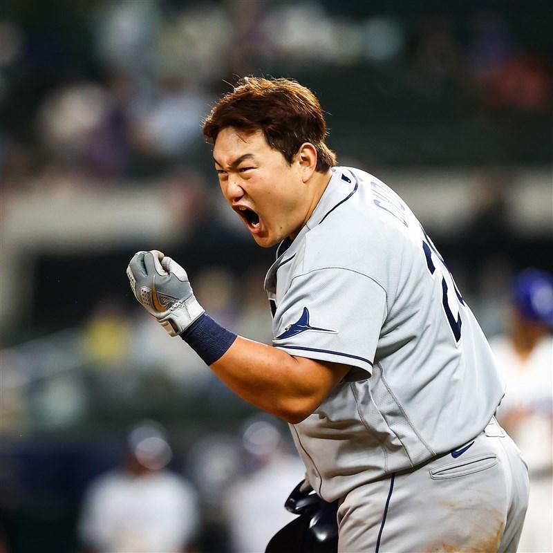 韓國選手崔志萬21日身穿坦帕灣光芒隊球衣,在美國職棒世界大賽第2戰對道奇隊賽事敲出安打、跑回本壘得分,雙雙創下韓國第一紀錄。(圖取自twitter.com/MLB)