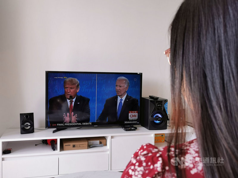 美國總統川普2019年曾到訪河內,意外在越南累積不少「川粉」,這次美國總統大選在越南討論熱度空前。圖為越南民眾23日一早收看最後一場辯論。中央社記者陳家倫河內攝 109年10月23日