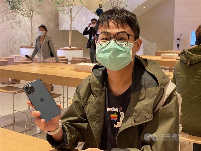 iPhone 12及iPhone 12 Pro於23日開賣,已事先預購的果粉許先生在Apple信義A13直營店取貨,興奮開箱iPhone 12 Pro新顏色「太平洋藍」。中央社記者吳家豪攝 109年10月23日