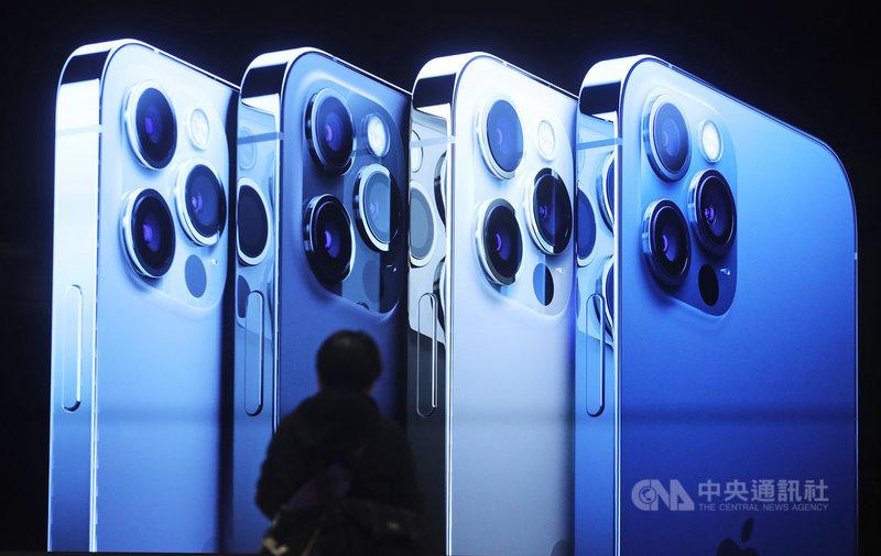 iPhone 12系列首度搭載5G傳輸能力,6.1吋配備雙鏡頭相機的iPhone 12、6.1吋配備3鏡頭相機的iPhone 12 Pro 23日在台發售;5.4吋iPhone 12 mini和最高階的6.7吋iPhone12 Pro Max將於11月6日開放預購,11月13日發售。中央社記者裴禛攝  109年10月23日