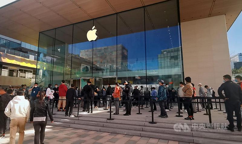 中共官方23日高調紀念「抗美援朝」、總書記習近平強硬批美同時,蘋果新機iPhone 12同時在中國開賣,吸引狂熱搶購。即使缺貨,下午仍有大批民眾前往北京三里屯的蘋果旗艦店碰運氣,並在外排隊。中央社記者邱國強北京攝 109年10月23日