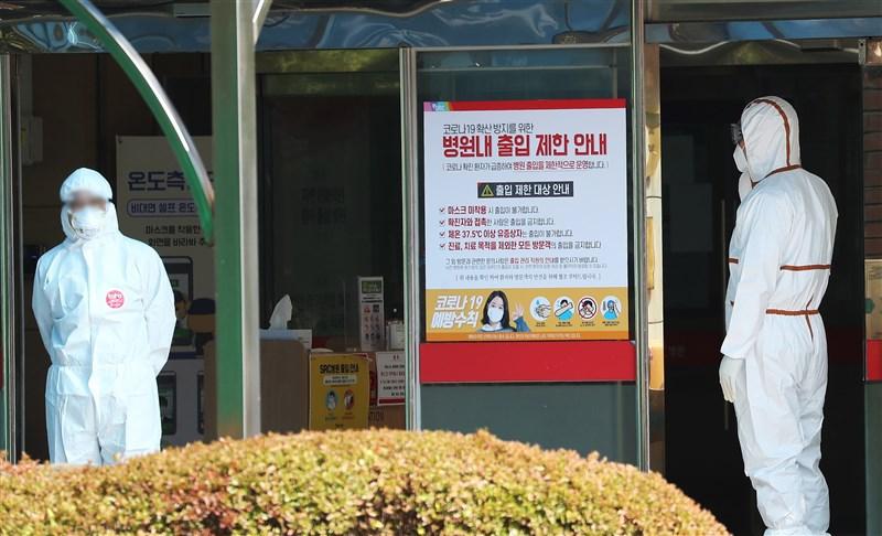 韓聯社報導,韓國單日新增確診數連續2天破百例。圖為光州一處醫療院所。(韓聯社)