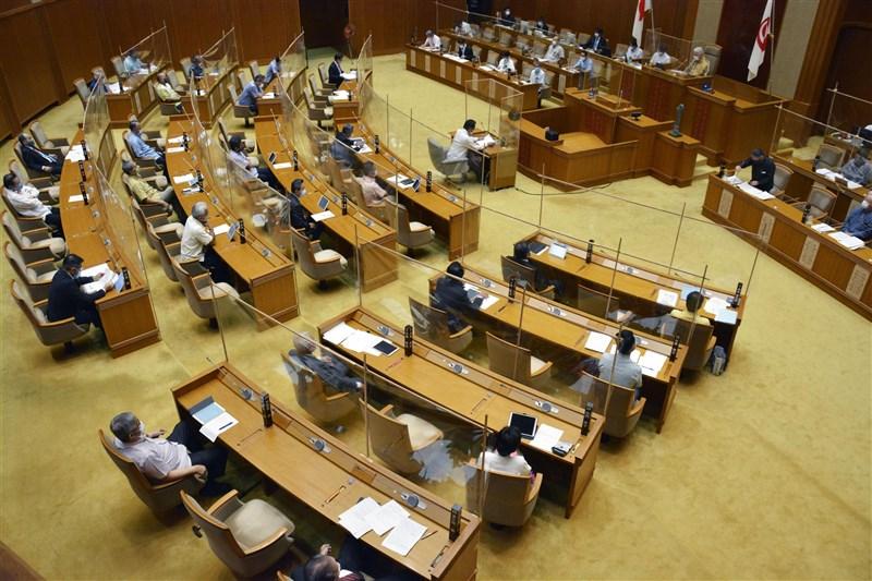 日本沖繩縣議會的自民黨黨團議員日前一起視察離島,結果有10名議員確診武漢肺炎,日本首例「視察群聚感染」。圖為沖繩縣議會5月1日開會討論感染對策。(共同社)