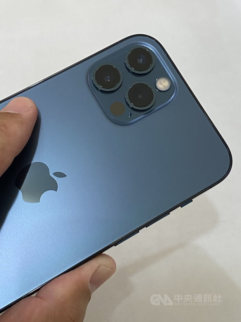 iPhone 12 Pro內建光學雷達(LiDAR)掃描儀,在低光源場景中,可將自動對焦速度提升最高6倍,縮短拍攝時間。中央社記者吳家豪攝 109年10月22日
