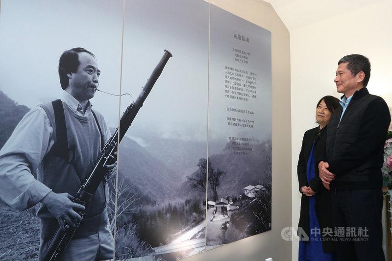 台北愛樂暨梅哲音樂文化館24日重新開幕,並且舉辦紀念音樂家張龍雲的室內音樂會,文化部長李永得(右)出席並參觀現場的紀念牆。中央社記者王騰毅攝 109年10月24日