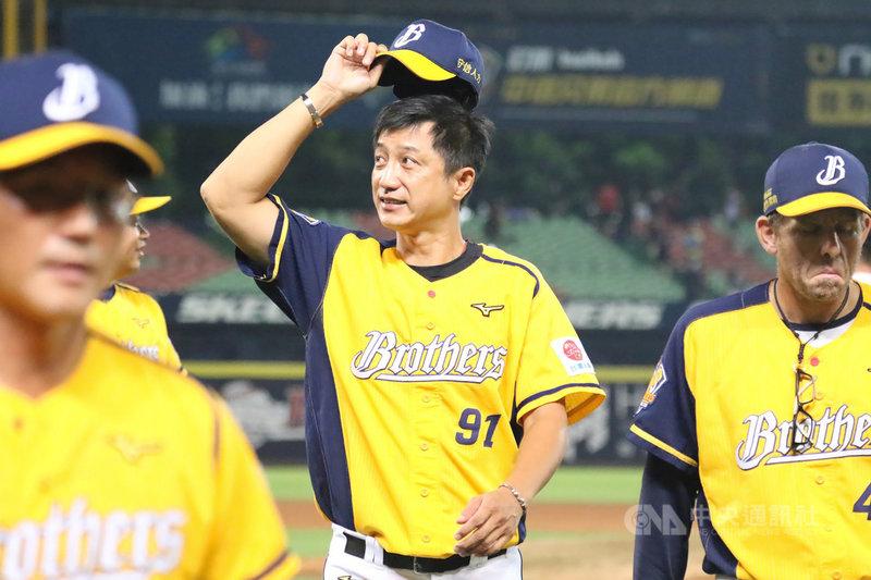 中華職棒24日在台南的賽事為下半季例行賽最後一場,中信兄弟隊總教練丘昌榮(中)表示,能走到現在選手已經很努力,接下來的比賽就是看心智和抗壓力。(中信兄弟提供)中央社記者楊啟芳傳真 109年10月24日