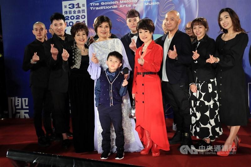 第31屆傳藝金曲獎24日晚間在台北舉行頒獎典禮,資深歌仔戲演員唐美雲(左4)率領團隊成員開心走上星光紅毯。中央社記者吳家昇攝 109年10月24日