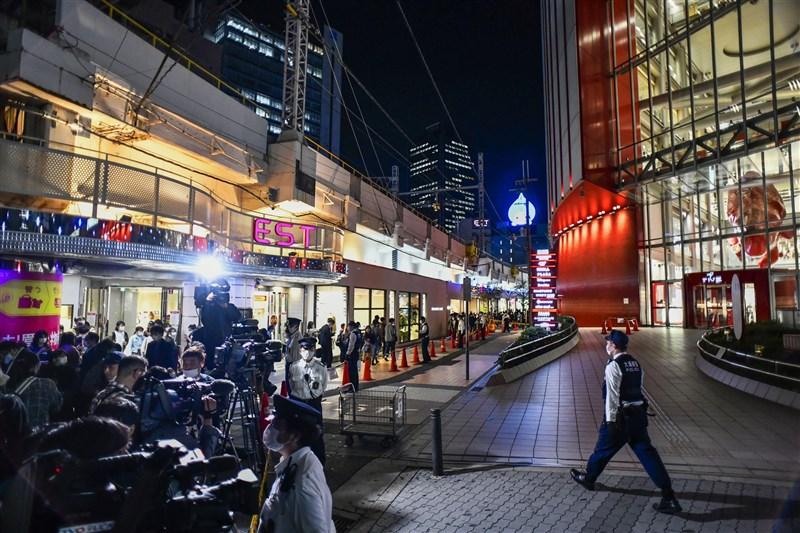 日本一名男高中生23日在大阪鬧區疑似跳樓,結果正巧壓到路過的無辜19歲女大學生,兩人都傷重不治。(共同社)