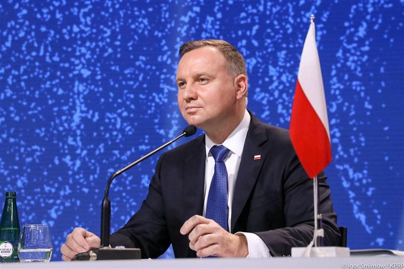 波蘭總統辦公室發言人24日宣布,總統杜達(圖)接受2019冠狀病毒疾病(COVID-19)採檢結果呈陽性反應,但目前感覺良好。(圖取自facebook.com/andrzejduda)