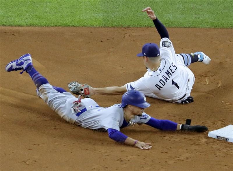 美國職棒大聯盟MLB 23日舉行世界大賽第3戰,洛杉磯道奇以6比2技壓坦帕灣光芒。(共同社)