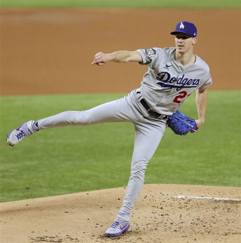 洛杉磯道奇隊26歲的年輕投手畢勒23日在世界大賽舞台改寫紀錄,成為首名只投6局就飆出10次三振的投手。(共同社)