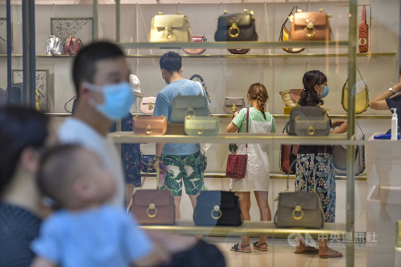 前中國央行行長周小川24日表示,中國儲蓄率逐年下降,雖然有助於擴大內需,但一些年輕人靠借貸過度消費、奢侈消費,令人擔心。圖為「十一」長假期間,海南島免稅精品店的「血拚」人潮。(中新社提供)中央社 109年10月25日