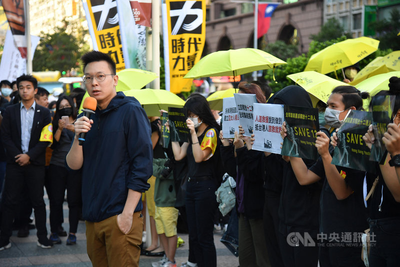 香港邊城青年等公民團體發起1025台灣撐港遊行,25日下午在台北登場,民進黨副秘書長林飛帆(前左)現身支持,致詞時表示,這12名香港人願意冒險離開家鄉,追求的是免於恐懼的自由、實現民主的自由,和實現夢想的自由,「就跟我們每個人追求的自由一樣」。中央社記者王飛華攝 109年10月25日