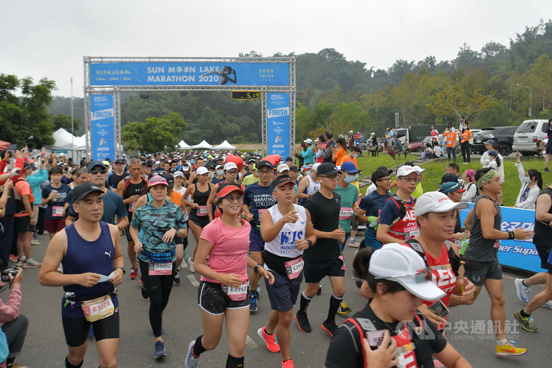 日月潭環湖馬拉松賽25日上午在向山遊客中心登場,吸引超過3000人參加,活動分為42公里、29公里、6公里健走組。(南投縣政府提供)中央社記者蕭博陽南投傳真 109年10月25日