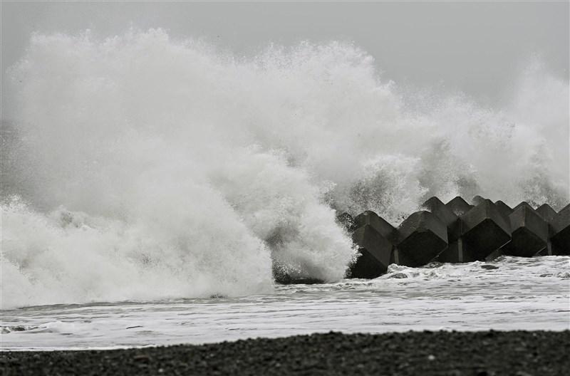 日本民間氣象公司指出,日本可能睽違12年再現颱風「零登陸」。圖為颱風昌鴻10日影響日本,靜岡縣海岸出現大浪。(共同社)