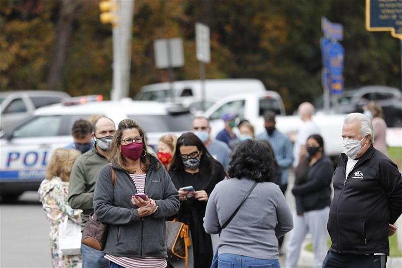 美國連續2天武漢肺炎單日新增病例創新高,被視為疫情增溫警訊。圖為24日美國紐約民眾在投票所外排隊等候投票。(中新社)
