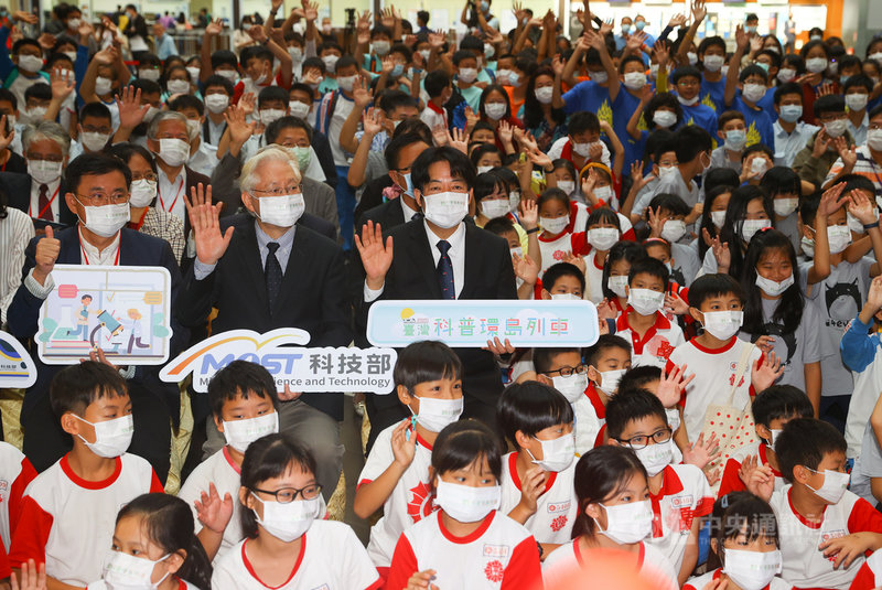副總統賴清德(3排左3)26日出席2020台灣科普環島列車啟動儀式,希望小朋友在生活中體驗科學的樂趣,學習相關知識。中央社記者謝佳璋攝  109年10月26日