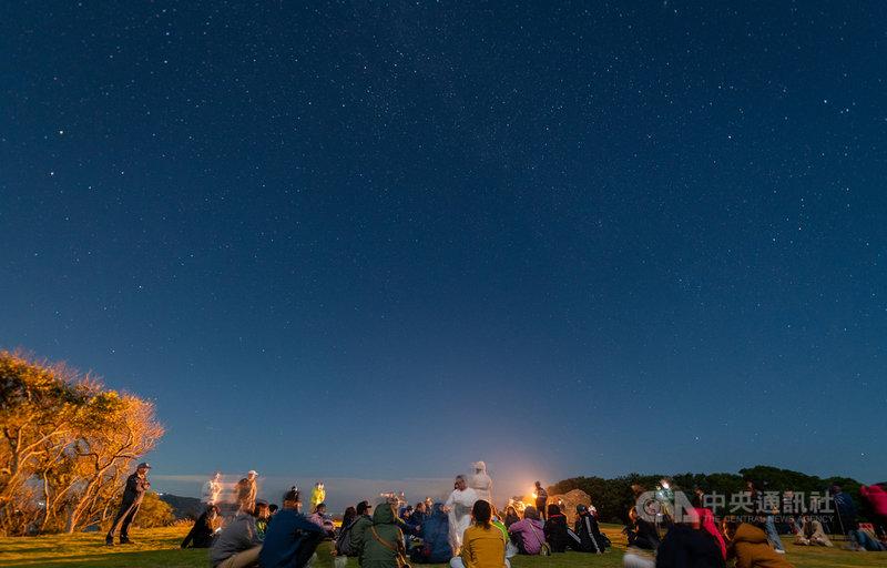 「大坵暗空之夜-動靜」體驗活動25日晚間在馬祖登場,參與者坐躺在大坵草皮上,感受自然風聲、蟲鳴和星空,由肢體藝術家與舞蹈工作者等的身體律動,帶領參與者共同體驗與自然共振的聲音肢體演出,引導觀眾沉浸在無邊際的大坵星夜。(陳鎮東提供)中央社記者邱筠馬祖傳真 109年10月26日