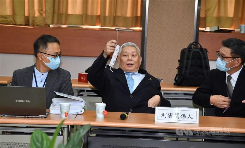 中天新聞換照聽證會26日舉行,神旺投資董事長蔡衍明(中)親自到場,並拿出口罩戴上。中央社記者王飛華攝 109年10月26日