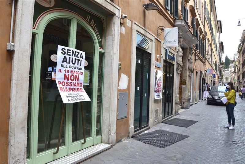 義大利衛生部25日通報,境內新增2萬1273起武漢肺炎確診病例,創下單日通報新高紀錄。圖為5月19日義大利街頭,多數店家因應疫情已休業。(共同社)