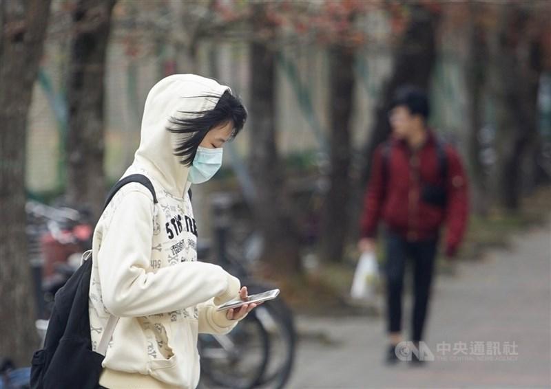 氣象局28日表示,東北風挾帶溼冷空氣,北台灣晚間降雨機率增,30日轉乾冷,預估31日清晨氣溫下降至攝氏18度。(中央社檔案照片)