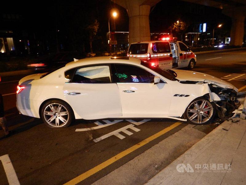 台中市一輛市價數百萬元的瑪莎拉蒂轎車27日撞擊西屯區文心路三段一處公車亭,造成右前車頭撞毀、安全氣囊爆開。(民眾提供)中央社記者郝雪卿傳真 109年10月27日