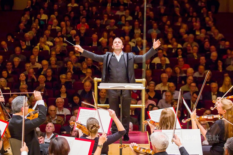 音樂紀錄片「指揮巨星亞尼克」(Ensemble)描述當今樂壇炙手可熱的指揮家亞尼克.聶澤賽金(Yannick Nezet-Seguin)(中),與他發跡的「蒙特婁大都會管弦樂團」音樂家們首次歐洲巡演過程,27日在台試片。(海鵬影業提供)中央社記者葉冠吟傳真 109年10月27日