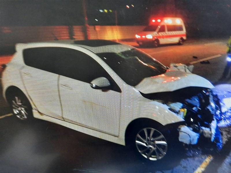 台中市黃姓男子26日晚間騎機車,與林女駕駛的自小客車在清水區一處路口發生碰撞,自小客車車頭嚴重毀損。(民眾提供)中央社記者蘇木春傳真 109年10月27日