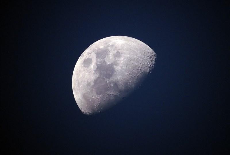 科學家26日表示,月球上的水比先前認為的普遍,而水分子是困在表面礦物顆粒內。(圖取自Pixabay圖庫)
