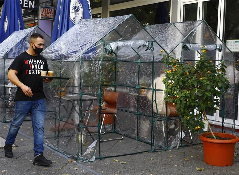 歐洲的新型冠狀病毒疫情入秋後漸趨惡化,德國過去一週的病例幾乎多了一倍。圖為24日柏林一家咖啡店採用透明帳篷防疫。(安納杜魯新聞社)