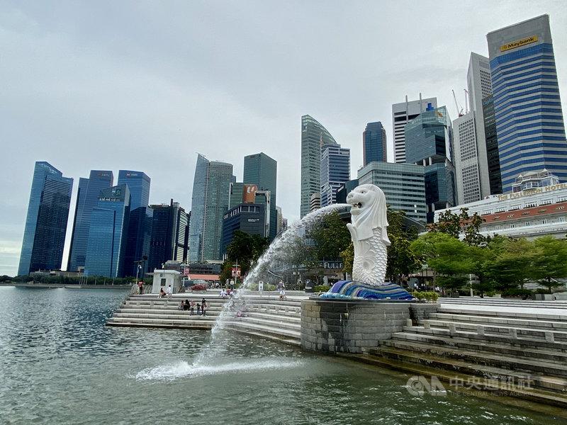 新加坡金融管理局28日發布的報告指出,預期新加坡第4季經濟將緩慢成長,這股趨勢將維持到明年。圖為新加坡著名地標魚尾獅與附近的金融大樓。中央社記者侯姿瑩新加坡攝 109年10月28日