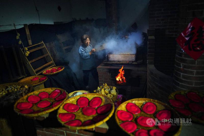 苗栗縣攝影師曾進發以「炊粿慶團圓」系列照片突顯台灣傳統節慶特色與溫暖人情,角逐2020 IPA國際攝影大賽,獲非專業組廣告類餐飲銀牌。(曾進發提供)中央社記者管瑞平傳真 109年10月28日